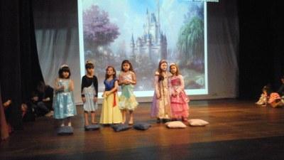 Estudantes do Izabela Hendrix apresentam teatro bilíngue